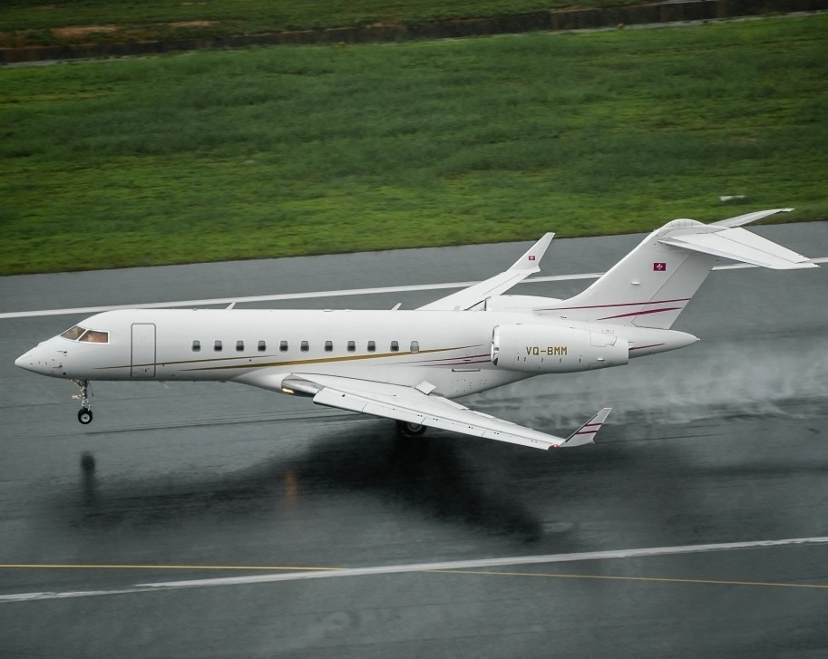 Bombardier Global series ultra-long-range jet lands on wet runway