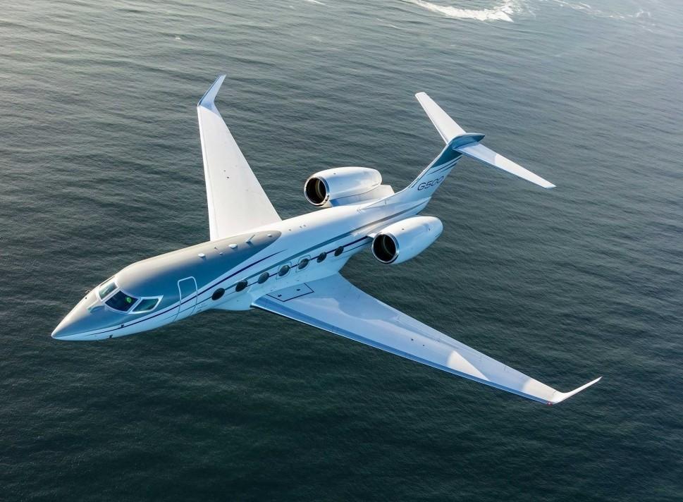 Gulfstream G500 large jet flies close to the shoreline
