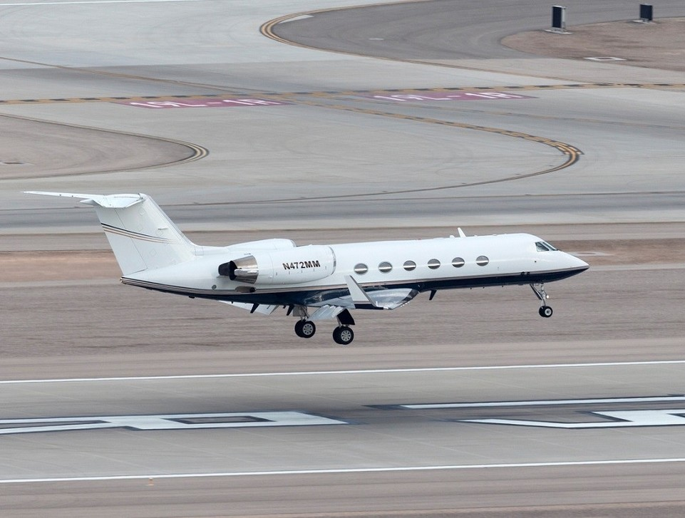 Gulfstream GIV coming in to land on runway
