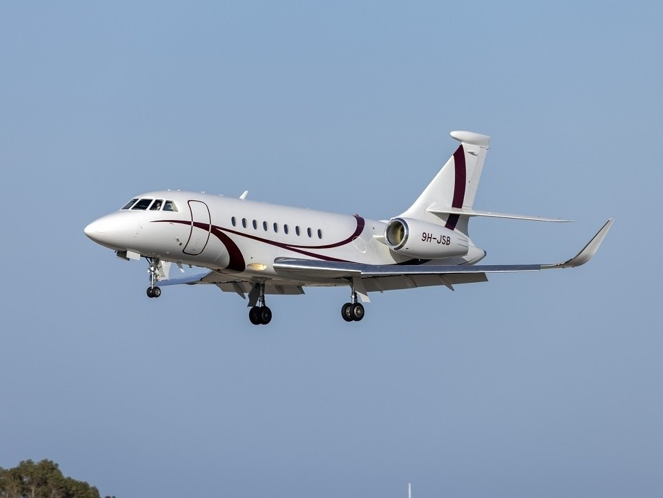Dassault Falcon 2000LX private jet coming in to land