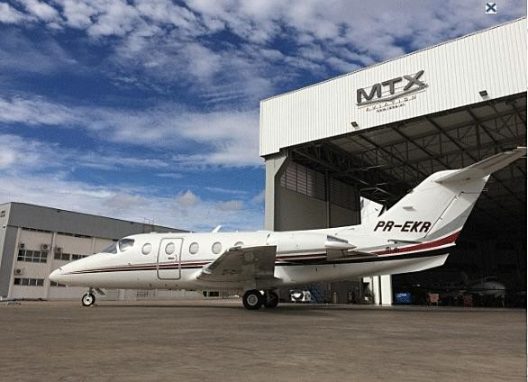 2005 hawker beechcraft 400xp white fuselage with raspberry and gray accents