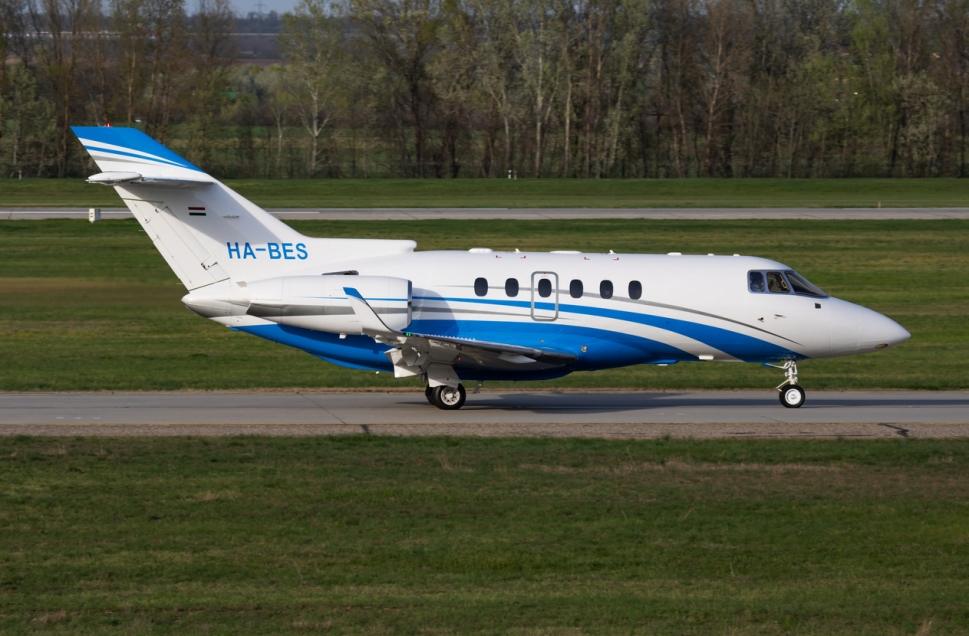 Hawker 800XP using an airport taxiway