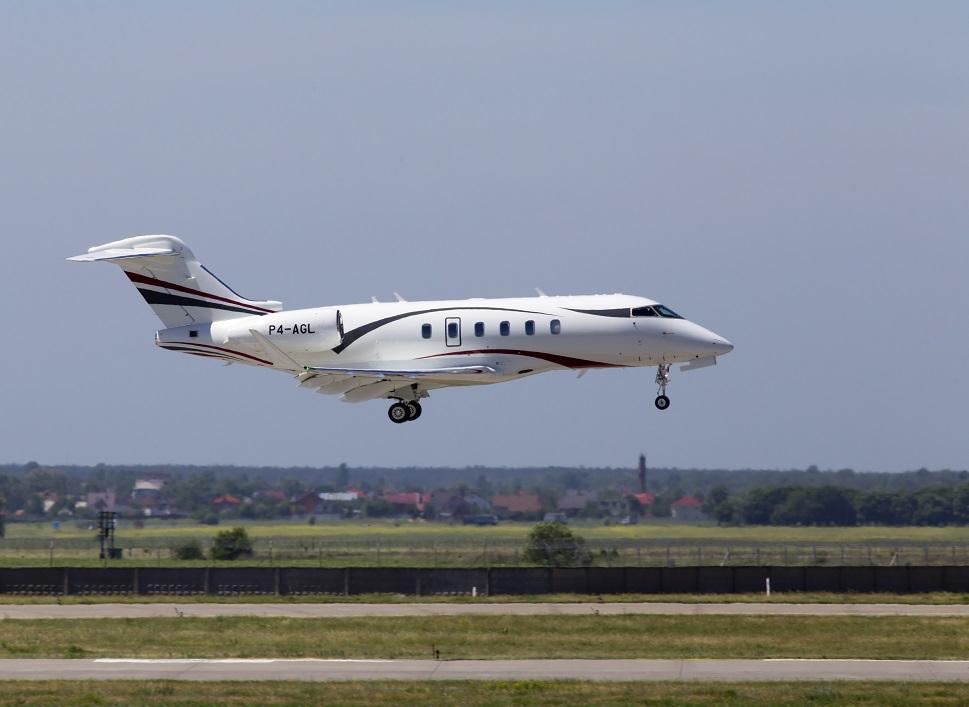 Bombardier Challenger 350 jet landing